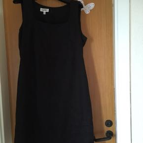 Der står 44 i kjolerne men de er små i str 150kr /75kr