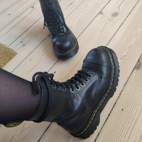 Sælger mine Steel toe Dr Martens. De har været på 5-10 gange og er mega fede. Passer både til kjole og bukser. Kom med et realistisk bud😊 Np 2000 kr.