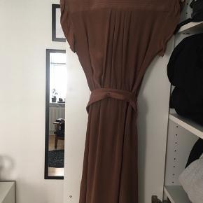 Flot kjole til fest. Bindebånd omkring livet