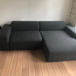 Super lækker sofa. En rigtig flyder. Stort set uden brugsspor. Sælges kun da den ikke passer til vores nye store stue.  Længde 260cm Total dybde 165cm Højde ryg 30cm Sidde dybde 70cm Chaiselong sidde dybde 130cm Chaiselong bredde 100cm