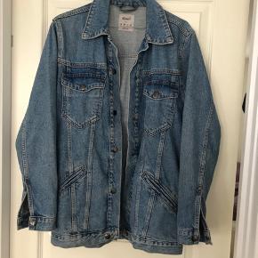 Oversize cowboy denim jakke i str 38. Et sejt lidt brugt look.