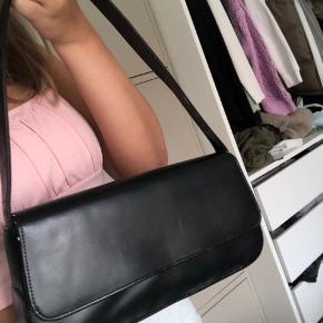 Sort skuldertaske / håndtaske  Har lidt krakeleringer og steder hvor noget af det sorte er gået af  #Secondchancesummer