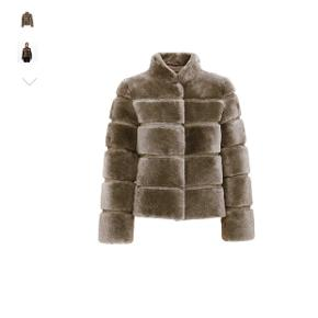 Sælger min smukke Meotine pels i str. s/m i olivengrøn. Jakken er i fin stand, men har været brugt en enkel vinter.  Sender gerne via dao.  Handler via mobilepay, hvis andet ønskes skal køber betale gebyrer