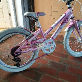 """Rigtig fin pigecykel 20"""". 6 gear. Brugt måske 10 gange. Har aldrig stået ude."""
