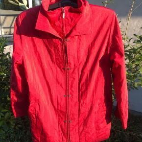 Flot rød jakke i str 44 Til sommer, forår og efterår Knapper ned langs lynlåsen (ses på billede 2) Byd gerne