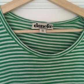 Grøn/hvid stribet kjole. Perfekt til de varme sommerdage.   Materiale: 100% bomuld