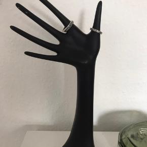 Fin hånd til smykkeopbevaring/smykkestativ særligt egnet til ringe.  Har små brugstegn.