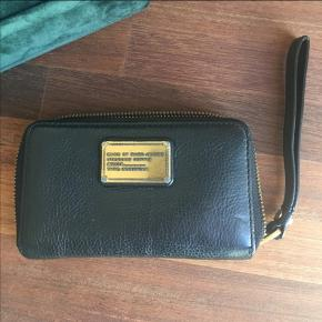 Den klassiske wingman pung fra Marc Jacobs  Læderet er meget velholdt. Der ses brugsmærker på guldpladen (kan ses på første billede), ellers i super stand.