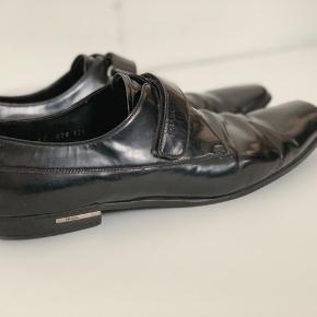 Sorte laksko fra Prada. Passer en str. 44-45. Skoene er i super fine stand, dog er sålen list slidt (se billeder!!) Skriv endelig for flere detaljer!