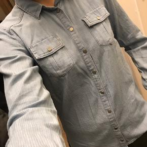 Jeg sælger denne skjorte fra Little Designers Remix, str 14. Jeg har brugt den én gang. Jeg er en str. xs/s og passer str 14 fint.
