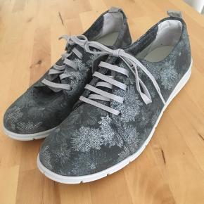 Sko fra Relaxshoe som er super behagelige at have på. Desværre er de lidt for små til mig og derfor sælger jeg dem.