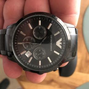 Sort Armani ur med ekstra led til at gøre det større og original indpakning