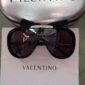 Super lækre og sexede ægte Valentino mask solbriller med krystaller foran og på siderne, med etui og klude, næsten ubrugte da jeg altid bruger solbriller med styrke på.