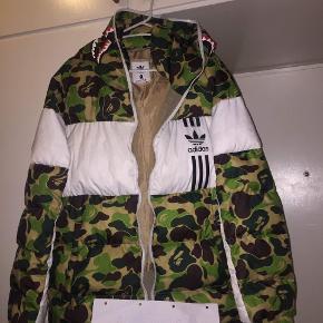 Bape x Adidas Down Jacket.  Vanvittigt lækker jakke til det kommende vejr, holder dig virkelig varm.  Size: L Find:8/10 ingen flaws bare brugt.  MP:1500 BIN:2000!!  Meetup i Odense, ellers laves handlen over Trendsales.