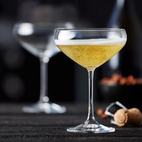 Lyngby glas Juvel Champagneskål 34 cl Har 13 i alt 13 stk = 450 kr  4 stk = 150 kr 1 stk. 40kr   Eftersom det er glas så sætter sætter jeg pris på hent selv eller mødes i Århus og omegn