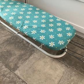 Et lille strygebrædt til feks bordet eller campingvognen.  Stabilt stel, stof trænger muligvis til en vask. Et godt kup
