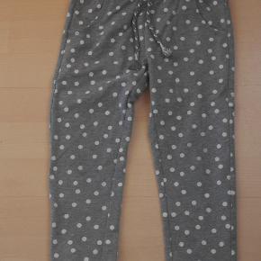 Smarte pige jogging bukser med prikker str 4 / 5 år  Mindstepris 20 kr plus porto Porto er 37 kr med DAO uden omdeling