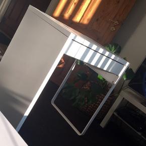 Micke skrivebord fra IKEA.  Et par år gammelt, men står som nyt.