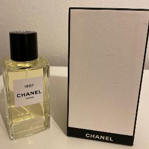 Chanel Les Exclusif 1957, 200 ml Eau de parfum. Nyeste parfume fra Chanel. Kun brugt 2 sprøjt ca. for at dufte. Byd. Køber betaler porto. Kun sikker TS-handel.