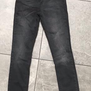 Sorte jeans fra Only i str. xs/32. De er aldrig blevet brugt og har stadig prismærke  i.  Prisen er + porto. Fra røg- og dyrefrit hjem.