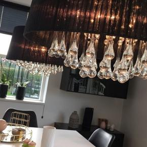 Sælger den populære, udgåede lampe fra Bahne. Lampen er elegant og minimalistisk og vil være perfekt over spisebordet.   Har 1 stk. Mål 540 x 960. Nypris 1700 kr  Søgeord: moderne, pendel, lampe, loftslampe, lysekrone, lys, dråber, diamanter