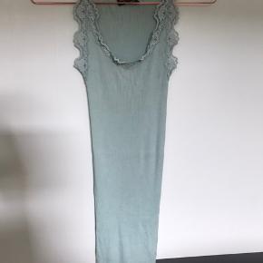 Lang rosemunde silketop i mintgrøn brugt få gange. Sender pp