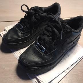 Nike Air Force sneakers, sorte. Skoene er brugte men langtfra slidte.