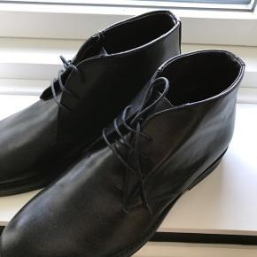 Fine italienske herre-agtige sko i ægte læder. Aldrig brugt! Nypris var 1200 kr. Sælges til en god pris 😊 gratis fragt i efterårsferien!