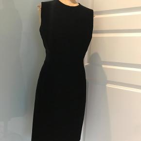 Smuk klassisk velour kjole fra Italienske MANI. ( Armani)  str. 38/40. kr. 800.- Lynlås i ryggen. Kan nemt lægges op hvis den ønskes lidt kortere.  Brugt 1 gang.  Nypris 4000.-