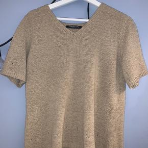 Betty Barclay sweater/strik/bluse/t-shirt med korte ærmer og små fine huller. Den har et mega fint fit