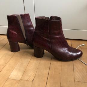 Vildt fede røde/bordeaux støvler med krokodillemønster/slangemønster fra Wonders. De er kun brug to gange, men siden det er rigtig læder har de fået nogle få ridser, derfor en lav salgspris.  Nypris: 1150:)