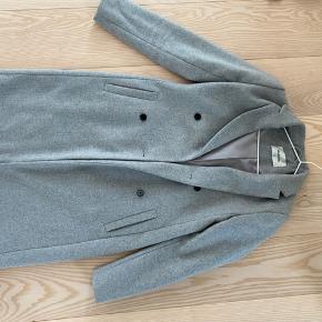 Grå frakke fra Modstrøm perfekt til vinter. Den er kun brugt et par gange sidste år, og fremstår derfor som ny.