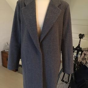 Lækker foret jakke / frakke  Lukkes med 2 trykknapper