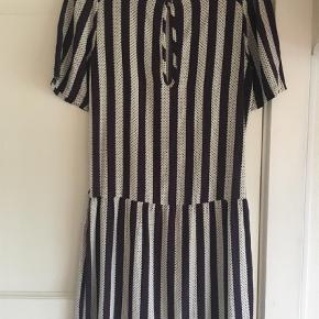 Varetype: Mini Farve: Multi Oprindelig købspris: 999 kr.  Lækker stribet kjole, der aldrig er brugt og stadigt med tags 😊