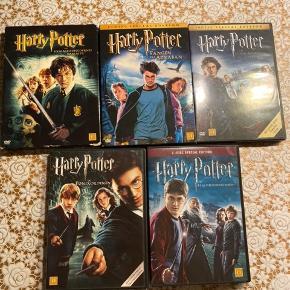 Hej! Jeg sælger disse 5 styks Harry Potter film. De koster 25kr stk. eller dem alle for 100kr. Der er nummer 2,3,4,5,6 i film serien. Harry Potter og hemmelighedernes kammer Harry Potter og fangen fra Azkaban Harry Potter og flammernes pokal Harry Potter og fønixorderen Harry Potter og halvblodsprinsen