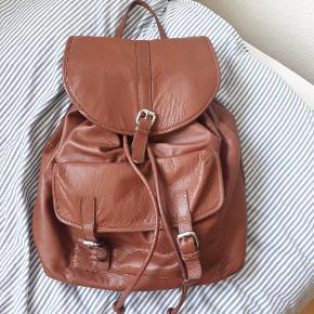 PIECES læder rygsæk, med en mikro rids i skinnet💛 Meget rummelig og anvendelig taske💛 Kan også afhentes i Viborg eller Århus💛
