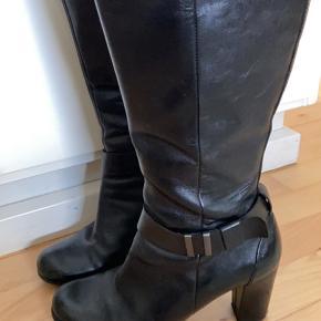 Rigtig fine lange støvler med lynlås på indersiden. Få brugsspor på hælene.
