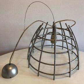 Unik og anderledes loft lampe købt på loppemarked i Italien.  Den er i metal og kan hænge op til 96cm fra loftet højde måler 36cm og diameter 27cm.  Vil være super fin med en moderne pære.