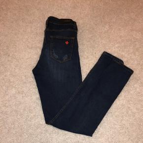 jeans bleu neuf, jamais mis, taille hautetaille 36, prix négociable pour plus de photo venez pv ✨