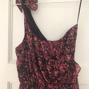 Sælger min neo noir kjole, som er helt ny og  stadig med prismærke. Den kan både bruges som en flot sommerkjole, eller som nederdel med en sweater ud over.