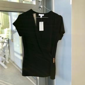 Flot sort bluse med korte ærmer og guldspænde. Den er small, men svarer mere til medium. ❤️Nypris er 350 kr., da jeg har betalt told.