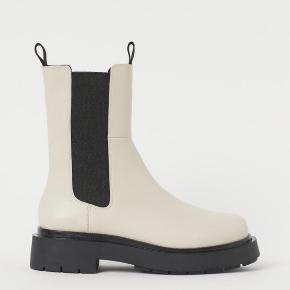 Sælger de udsolgte hvide / beige vinterstøvler boots ✨