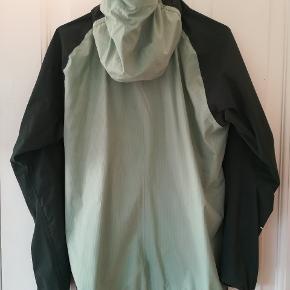 Super fed regnjakke fra haglöfs.  Str. M / 38  L. I. M Proof multi jacket Woman Grangrøn/mint. Tynd letvægts regnjakke som kan foldes sammen og ikke fylder noget. Ideel til vandreture men selvfølgelig også bare til hverdagsbrug i de lune måneder af året.   Købt i juni 2019. Kvittering følger med. Kun brugt få gange. Nypris 1.600 kr  Man er velkommen til at komme og prøve den før køb.  Sender også gerne.