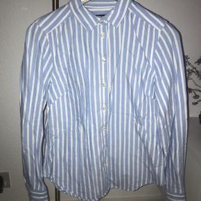 Alt sælges til priser mellem 20-50 kr. eksl. fragt - skal væk hurtigst muligt!   Produkt: Skjorte  Mærke: Gina stricto  Farve: Blå-hvid stribet  Str.: 36