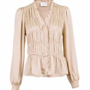 Langærmet bluse fra Neo Noir, helt ny og med prismærke :)) Farven er creme🎀