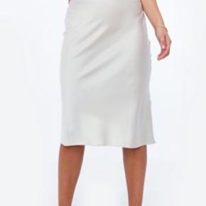 Hvid/beige/Rosa silke satin nederdel, som går til lige over knæene