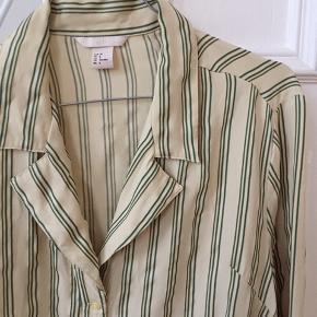 Fin oversize skjorte fra hm. Godt krøllet. Nypris 450kr.