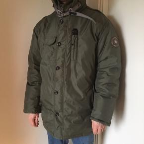 Super varm jakke mes ægte pels i kraven fra lindeberg  Str XXL  Np 1800kr  Fejler intet udover få små pletter på den ene arm. (Se sidste billede) Flere billeder sendes gerne   Mp 600kr