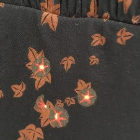 Smuk Stine Goya kjole i blødeste kvalitet, sidder så flot og virkelig lækker at have på.   Kan afhentes i Aalborg/Gug eller sendes med Dao på købers regning