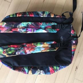 En utrolig fin næsten ny Adidas rygsæk som er meget rumelig. Og brugt få gange Er åben for ændring af pris :)